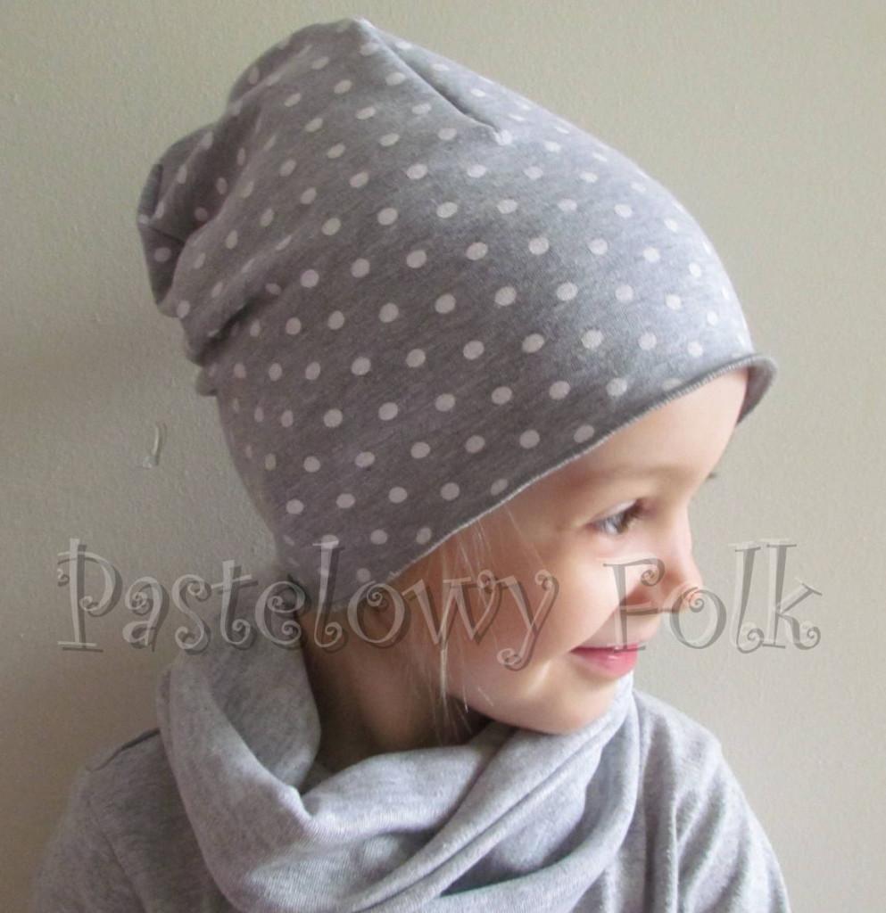 dziecko-czapka 65-dzianinowa dziecieca szara beanie w białe kropki groszki-02