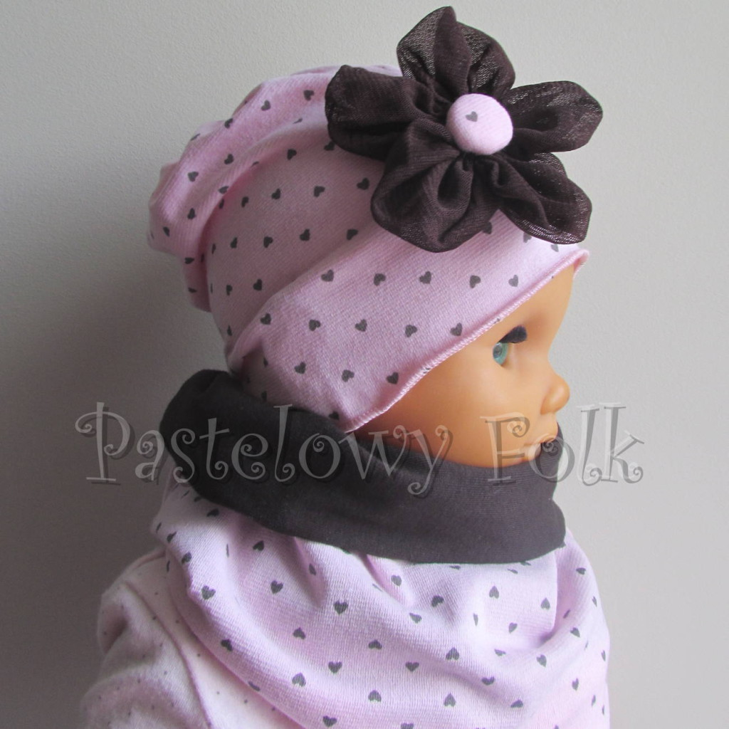 dziecko-czapka 66h- dzianinowa dziecieca rozowa a w serduszka, z retro kwiatem brazowy, komplet komin-04