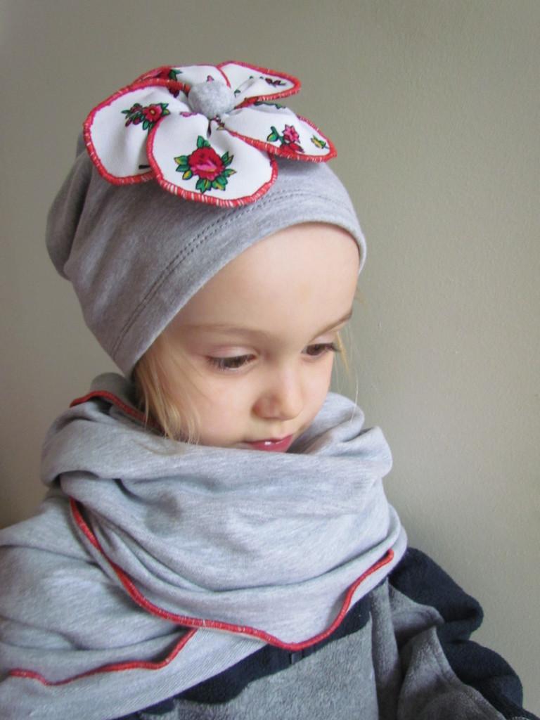dziecko-czapka 70- komin komplet,dzianinowa dziecieca szara, z folkowym kwiatem czerwony biały góralski-01