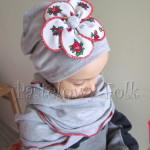 Szara czapka z biało-czerwonym folkowym kwiatem