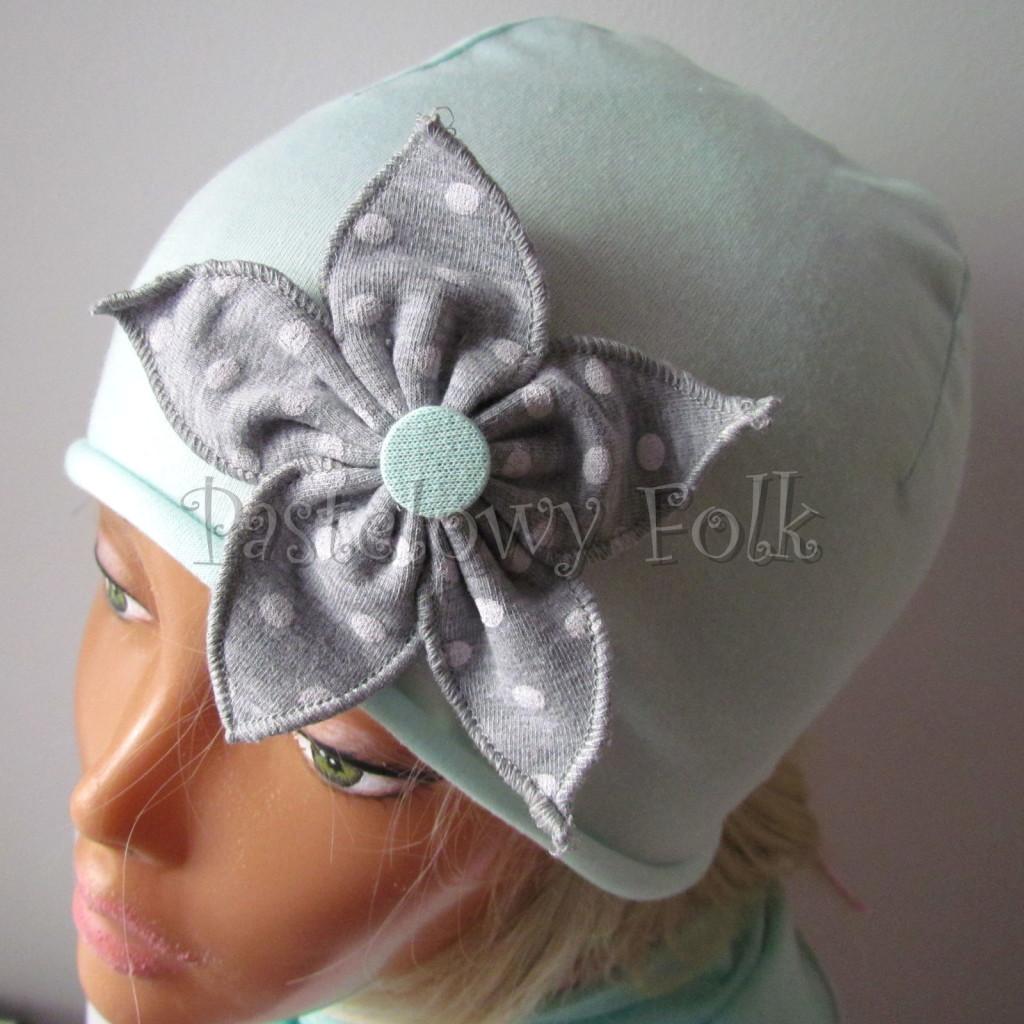 dziecko-czapka 73b- mietowa z kwiatkiem szarym w biale kropki grochy, pastelowa -03