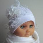 Biała czapeczka z retro kwiatem na chrzest, roczek 01
