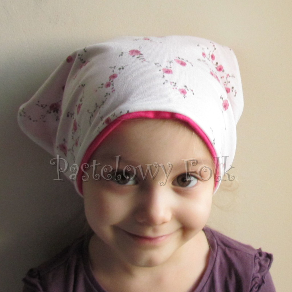 dziecko-chusteczka 14b-chustka na głowę pod szyję dzianinowa biała w rozyczki rozowe, fuksja pasek -02