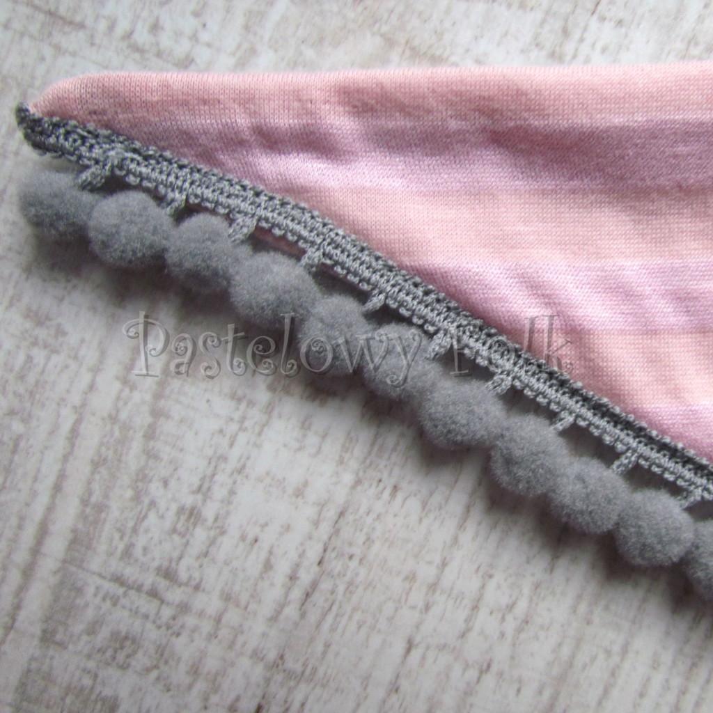 dziecko-chusteczka 27- rozowe morelowe paski szare pomponiki chustka -04
