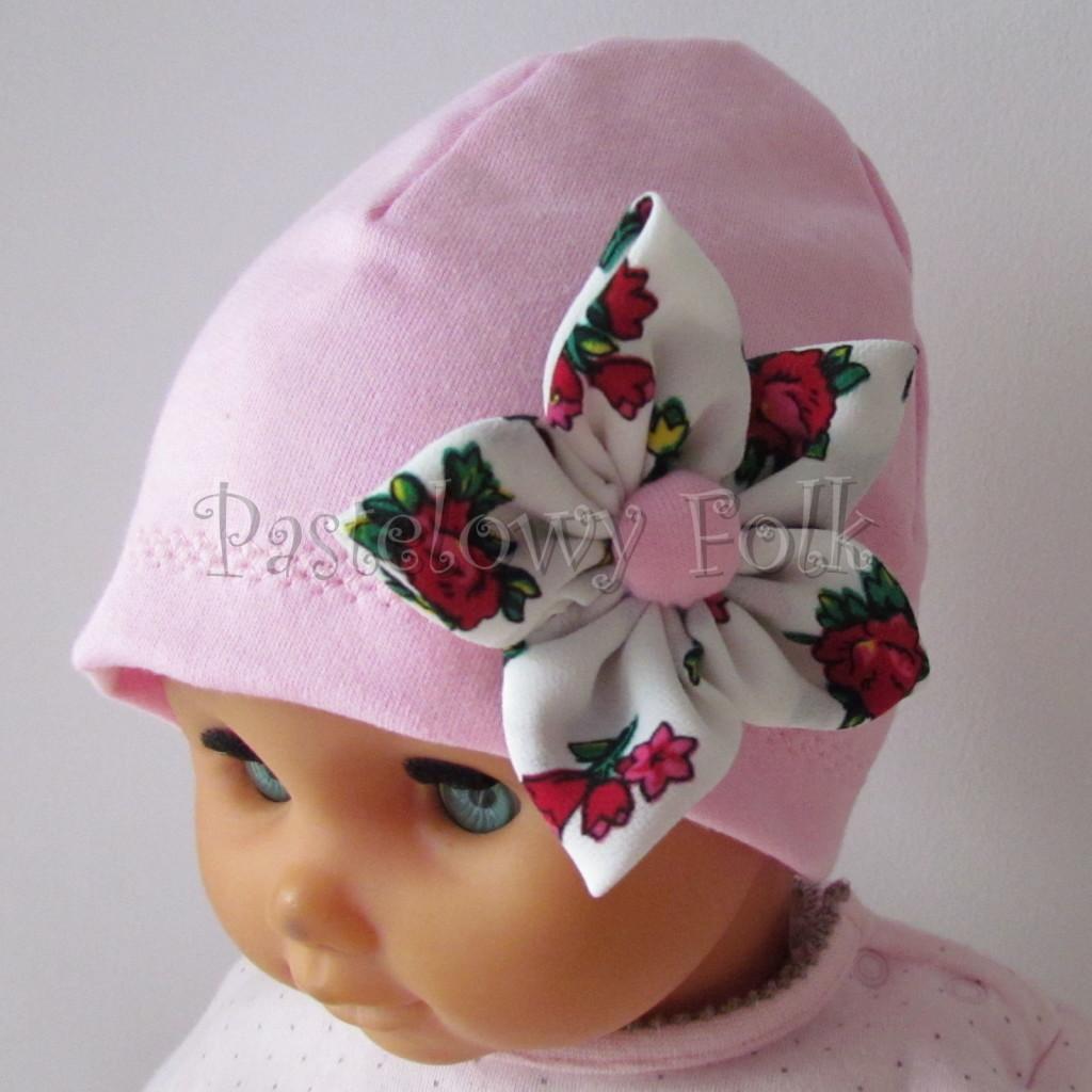 dziecko-czapka 02b- folkowa folk dzianinowa wiosenna jesienna pastelowa różowa kwiatek różowe kwiatuszki różyczki biały tybet góralska -01