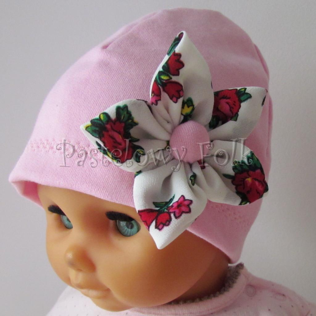 dziecko-czapka 02b- folkowa folk dzianinowa wiosenna jesienna pastelowa różowa kwiatek różowe kwiatuszki różyczki biały tybet góralska -02