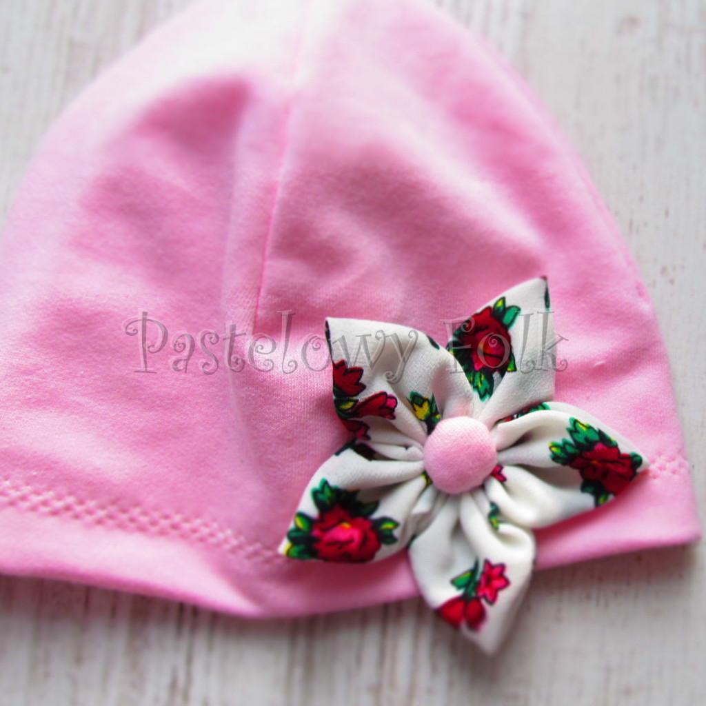 dziecko-czapka 02b- folkowa folk dzianinowa wiosenna jesienna pastelowa różowa kwiatek różowe kwiatuszki różyczki biały tybet góralska -03