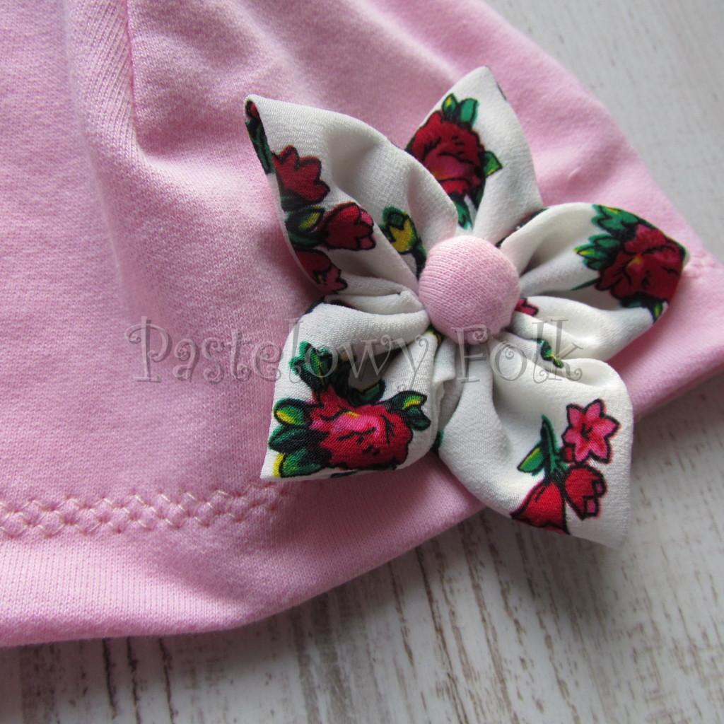 dziecko-czapka 02b- folkowa folk dzianinowa wiosenna jesienna pastelowa różowa kwiatek różowe kwiatuszki różyczki biały tybet góralska -04