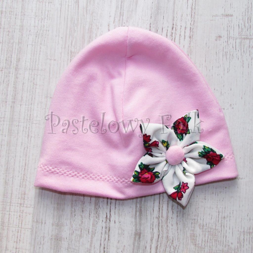 dziecko-czapka 02b- folkowa folk dzianinowa wiosenna jesienna pastelowa różowa kwiatek różowe kwiatuszki różyczki biały tybet góralska -05