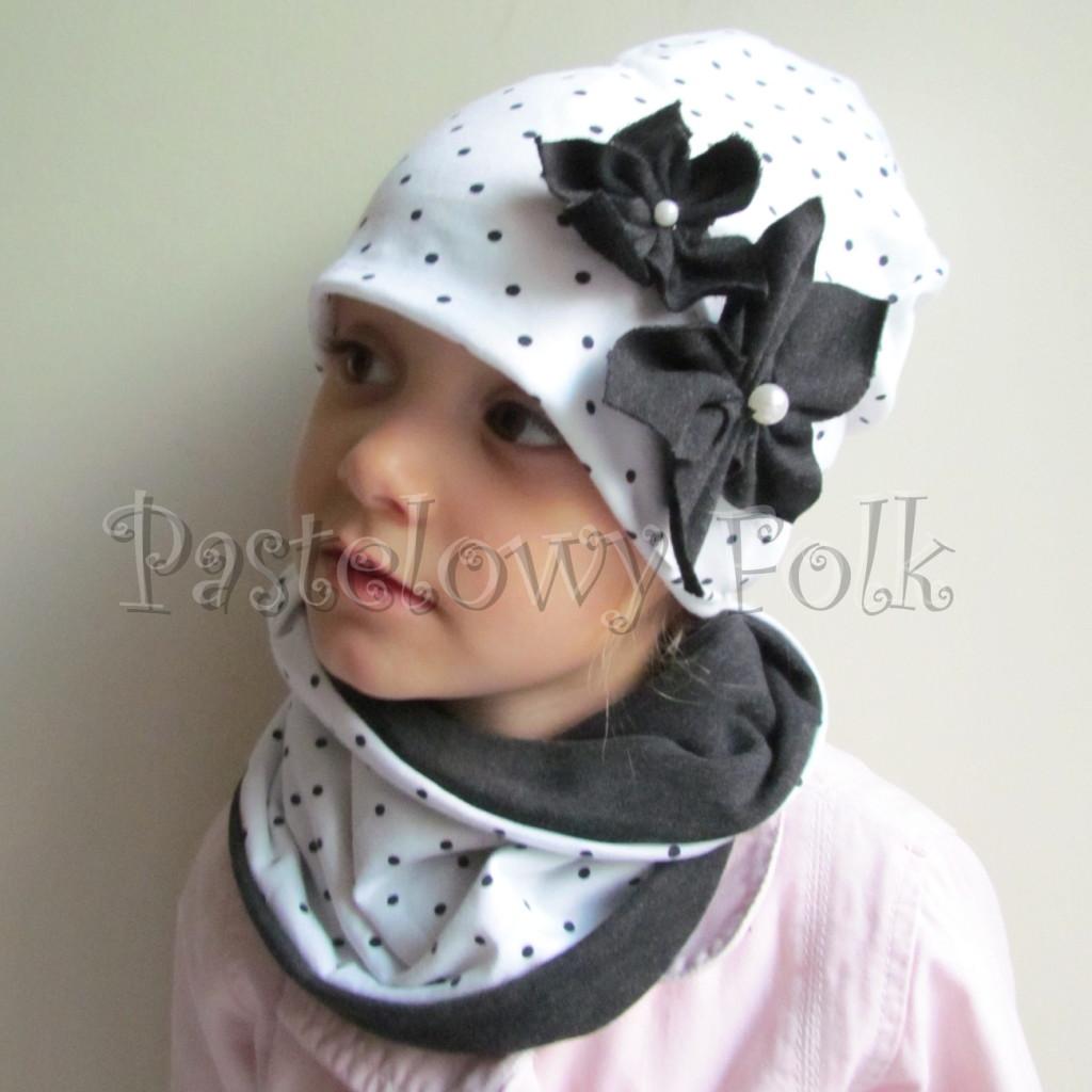 dziecko-czapka 103-dzianinowa podwojna biała w kropeczki, grafitowe kwiaty z perelkami, komplet komin-02