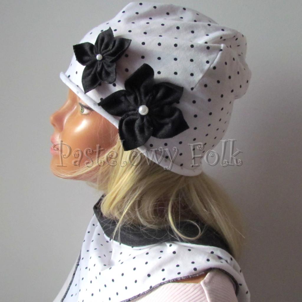 dziecko-czapka 103b-biała w kropeczki, grafitowe kwiaty z perelkami, dzianinowa jednowarstwowa komplet komin chustka-03