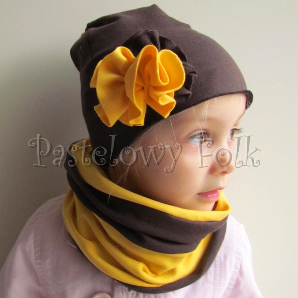 dziecko-czapka 105-dzianinowa brazowa czekoladowa z zoltym kwiatem, komplet komin-01