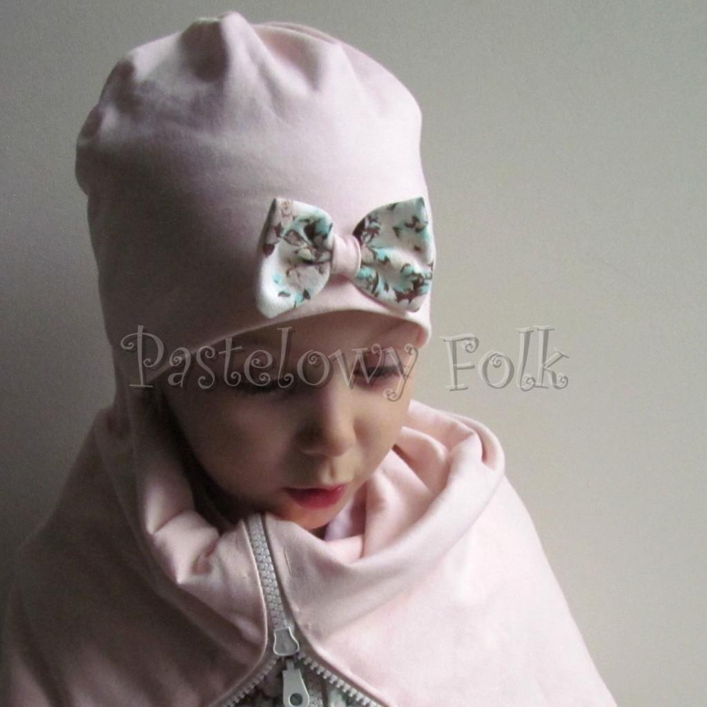 dziecko-czapka 111- dla dziewczynki pastelowa jasna brzoskwiniowa lososiowa z kokardka ecru w mietowe brazowe rozyczki, komplet komin -04