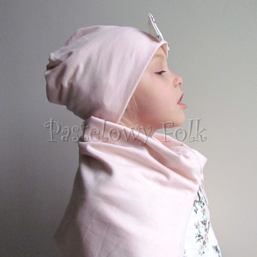 dziecko-czapka 111- dla dziewczynki pastelowa jasna brzoskwiniowa lososiowa z kokardka ecru w mietowe brazowe rozyczki, komplet komin -05