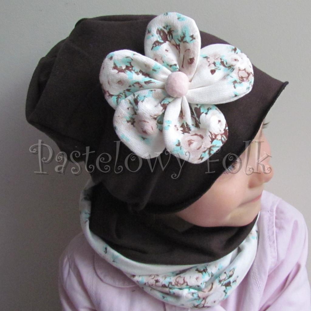 dziecko-czapka 112- dla dziewczynki brazowa czekoladowa z pastelowym kwiatem ecru w mietowe brazowe rozyczki, komplet komin -01