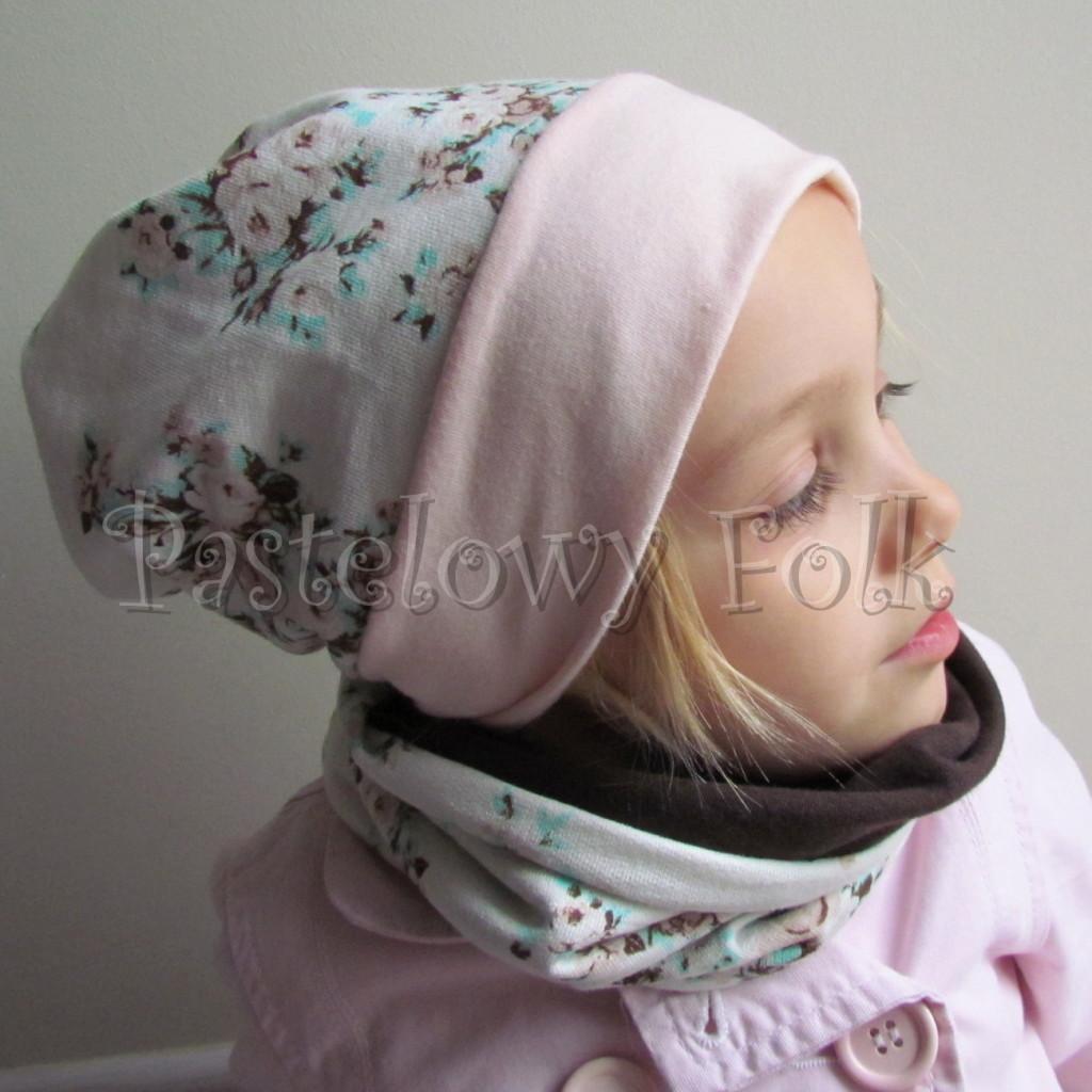 dziecko-czapka 113- dla dziewczynki pastelowa jasna brzoskwiniowa lososiowa, ecru w mietowe brazowe rozyczki, komplet komin -01