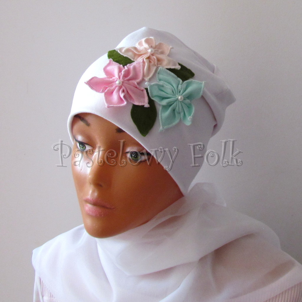 dziecko-czapka 116- biala 3 pastelowe kwiatki mietowy rozowy lososiowy listki filcowe, dzianinowa -01