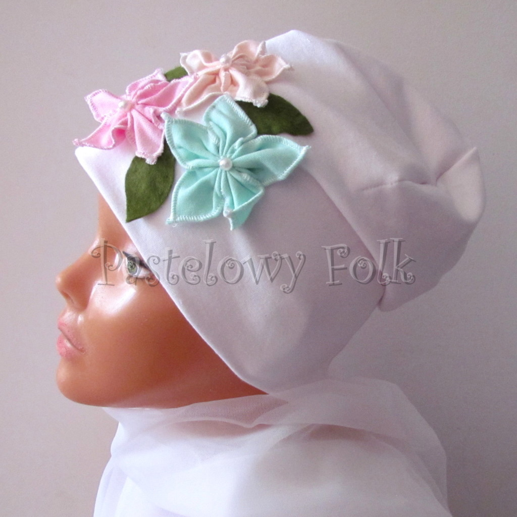 dziecko-czapka 116- biala 3 pastelowe kwiatki mietowy rozowy lososiowy listki filcowe, dzianinowa -03