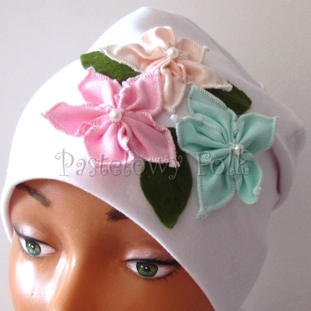 dziecko-czapka 116- biala 3 pastelowe kwiatki mietowy rozowy lososiowy listki filcowe, dzianinowa -04