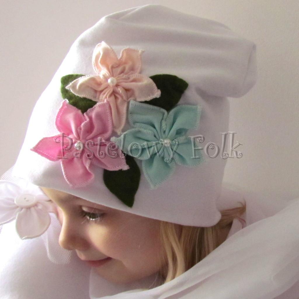 dziecko-czapka 116- biala 3 pastelowe kwiatki mietowy rozowy lososiowy listki filcowe, dzianinowa -05