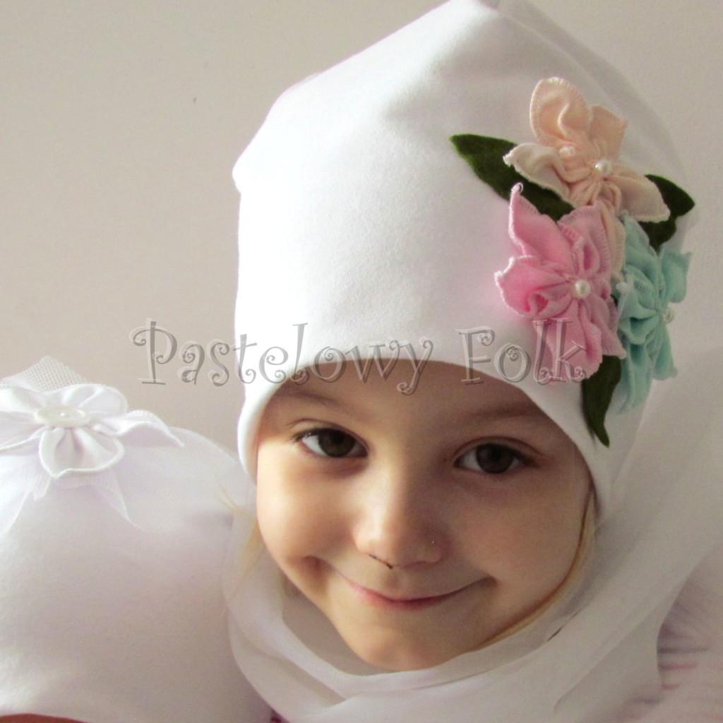 dziecko-czapka 116- biala 3 pastelowe kwiatki mietowy rozowy lososiowy listki filcowe, dzianinowa -06