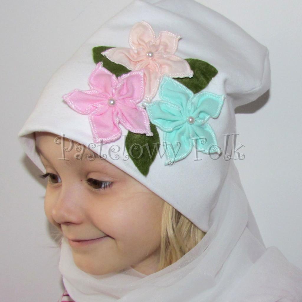 dziecko-czapka 116- biala 3 pastelowe kwiatki mietowy rozowy lososiowy listki filcowe, dzianinowa -07