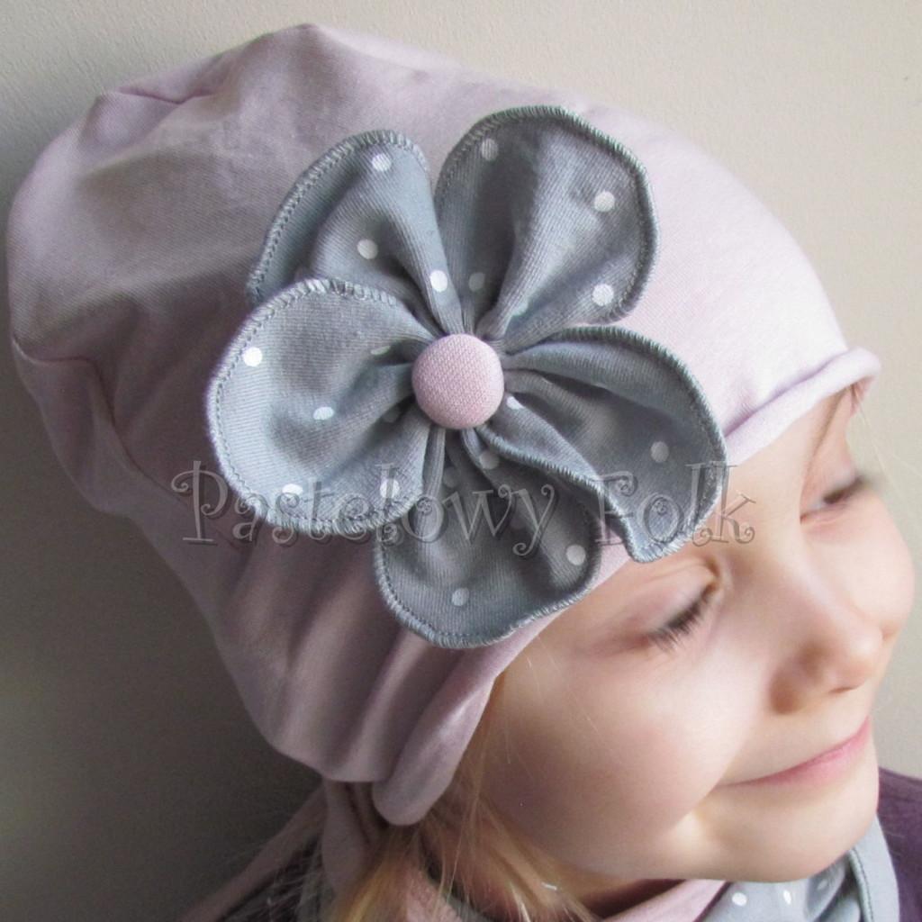 dziecko-czapka 117- brudny roz z szarym kwiatem w biale kropeczki, dzianinowa rolowana -02
