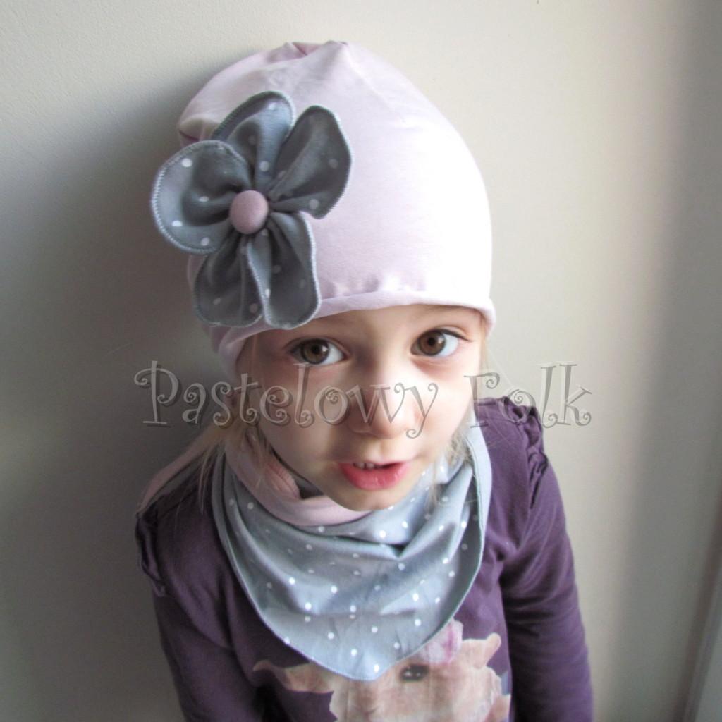 dziecko-czapka 117- brudny roz z szarym kwiatem w biale kropeczki, dzianinowa rolowana -04
