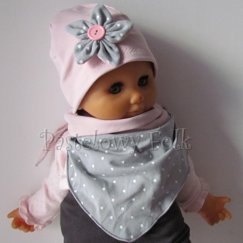 dziecko-czapka 121- brudny roz szary kwiat w biale kropeczki, guzik dzianinowa niemowleca -01