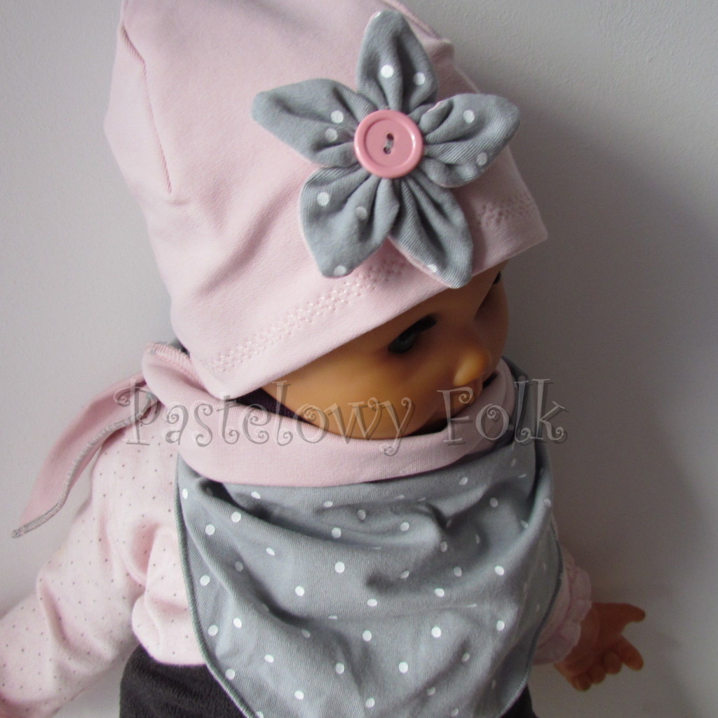 dziecko-czapka 121- brudny roz szary kwiat w biale kropeczki, guzik dzianinowa niemowleca -02