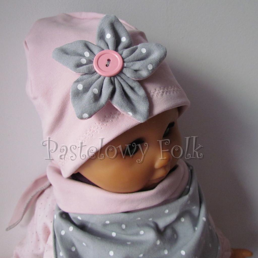 dziecko-czapka 121- brudny roz szary kwiat w biale kropeczki, guzik dzianinowa niemowleca -04