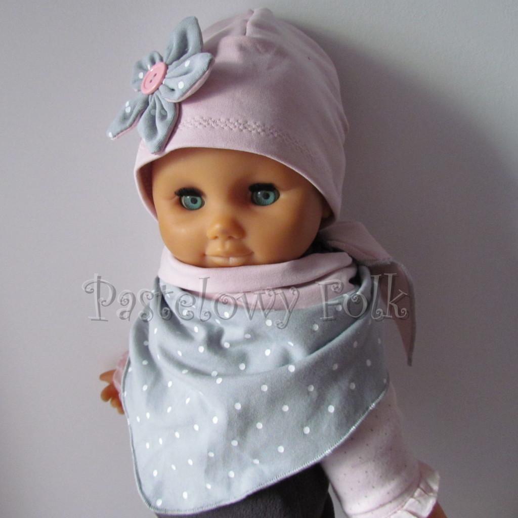 dziecko-czapka 121- brudny roz szary kwiat w biale kropeczki, guzik dzianinowa niemowleca -05