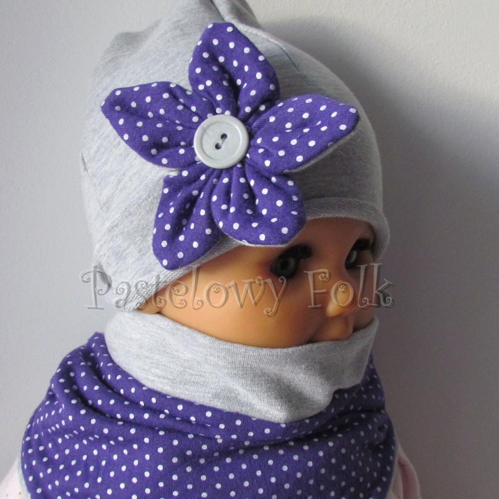 dziecko-czapka 13- szara z fioletowym kwiatkiem w biale kropeczki i guzikiem, dzianinowa -01