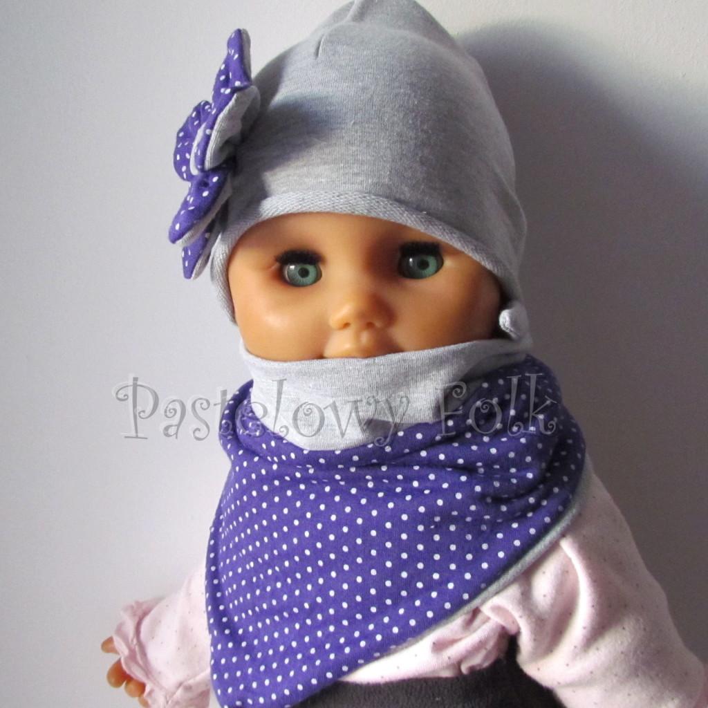 dziecko-czapka 13- szara z fioletowym kwiatkiem w biale kropeczki i guzikiem, dzianinowa -02