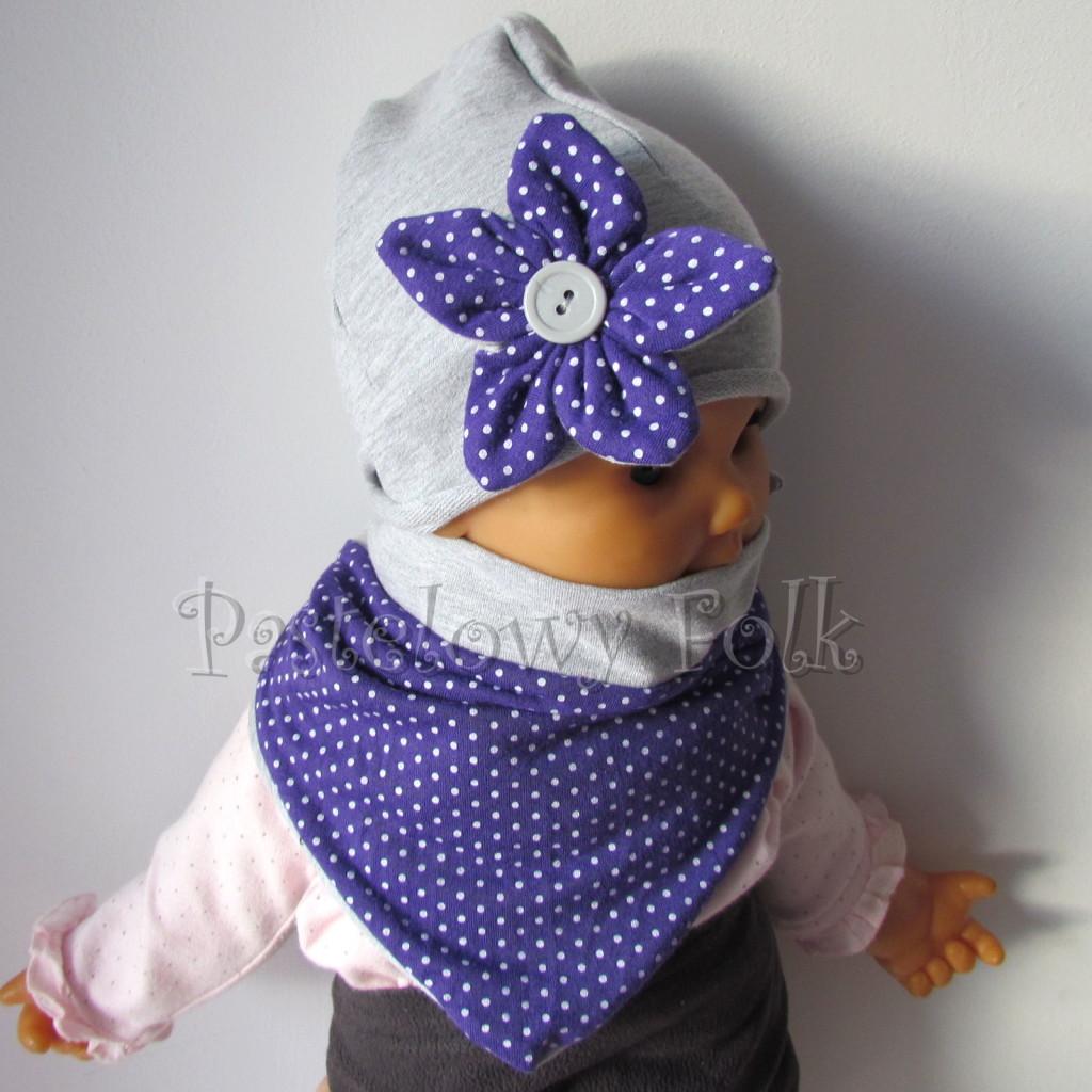 dziecko-czapka 13- szara z fioletowym kwiatkiem w biale kropeczki i guzikiem, dzianinowa -03