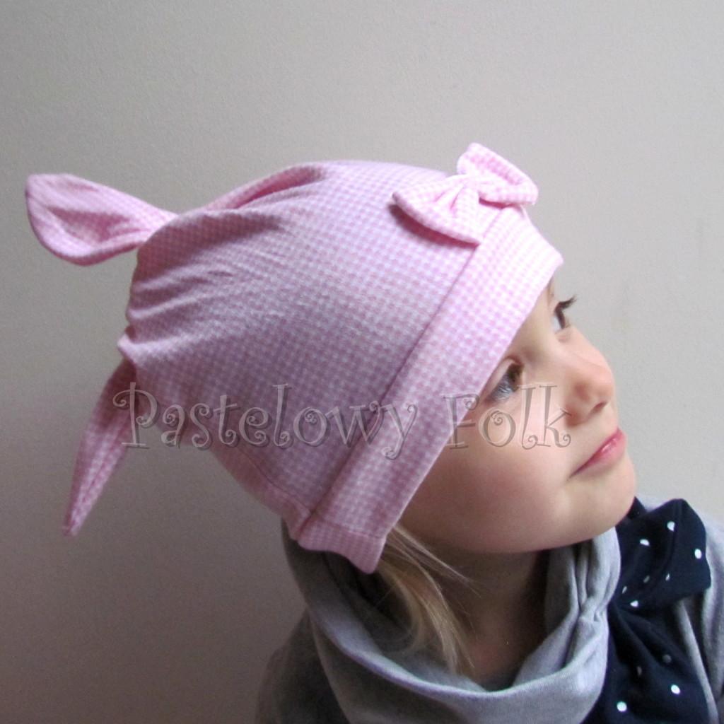 dziecko-czapka 136- rozowa biala krateczka z uszami wiazanymi z kokardka-01