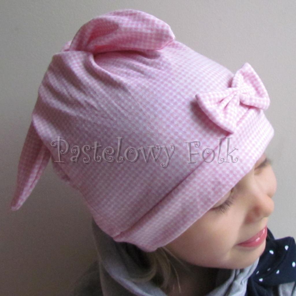 dziecko-czapka 136- rozowa biala krateczka z uszami wiazanymi z kokardka-02
