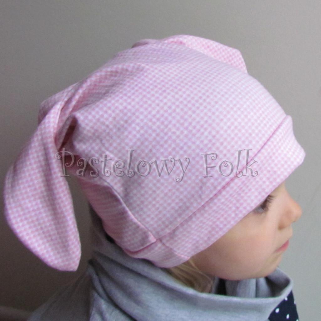 dziecko-czapka 136- rozowa biala krateczka z uszami wiazanymi z kokardka-04