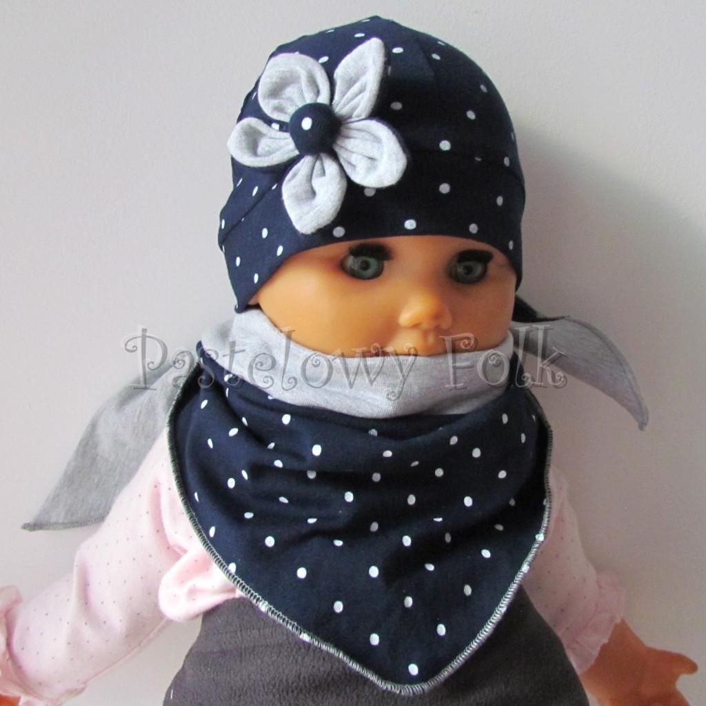 dziecko-czapka 15- granatowa w kropki groszki z szarym kwiatkiem, dzianinowa niemowleca, chustka komplet_01