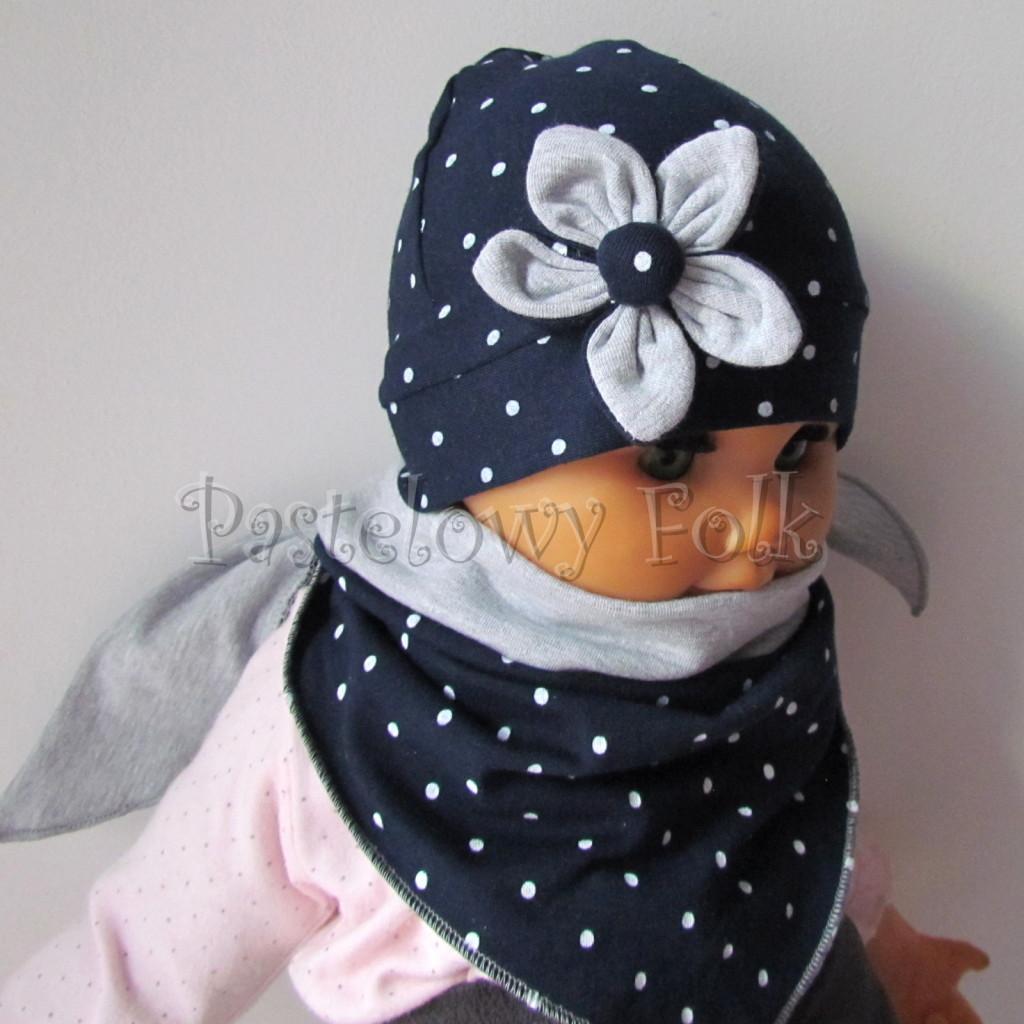 dziecko-czapka 15- granatowa w kropki groszki z szarym kwiatkiem, dzianinowa niemowleca, chustka komplet_02