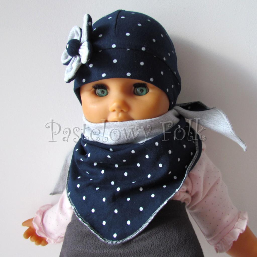 dziecko-czapka 15- granatowa w kropki groszki z szarym kwiatkiem, dzianinowa niemowleca, chustka komplet_03