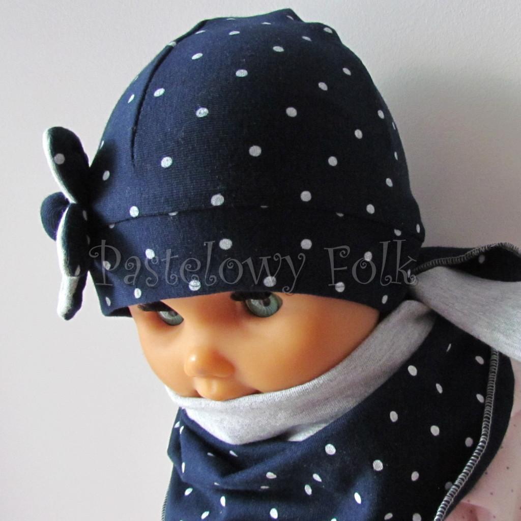 dziecko-czapka 15- granatowa w kropki groszki z szarym kwiatkiem, dzianinowa niemowleca, chustka komplet_04