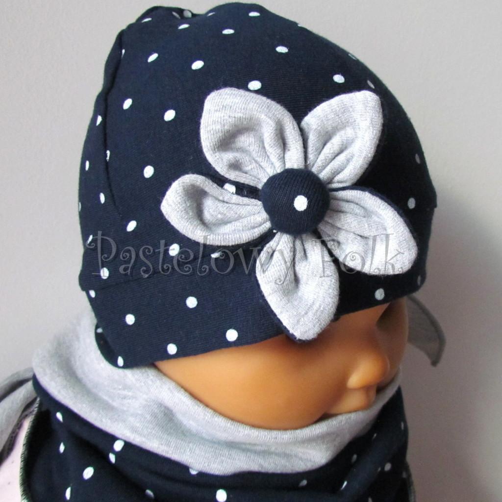 dziecko-czapka 15- granatowa w kropki groszki z szarym kwiatkiem, dzianinowa niemowleca, chustka komplet_05