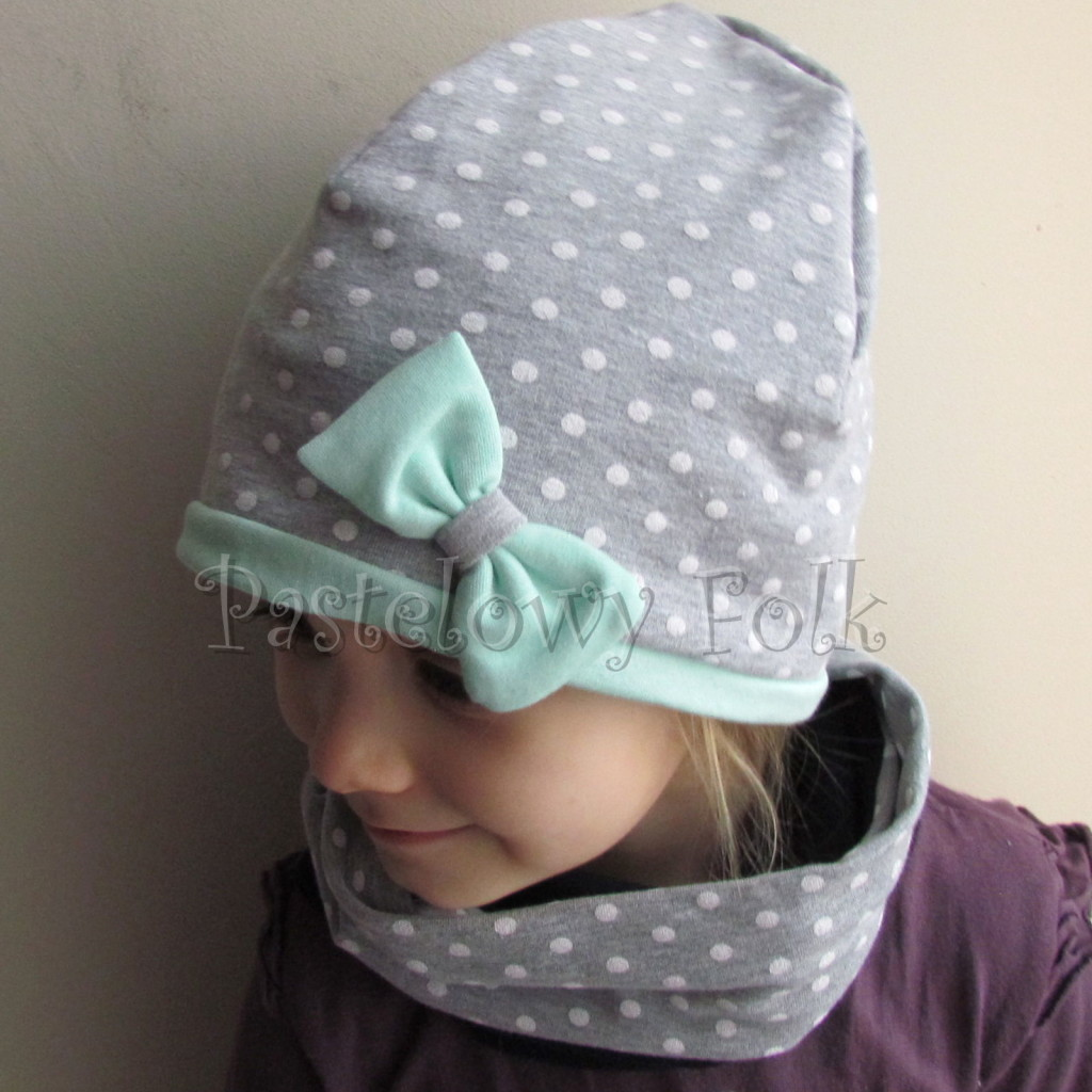 dziecko-czapka 72c- mietowa, szara w białe kropki groszki z kokardka, dzianinowa dwuwarstwowa -02