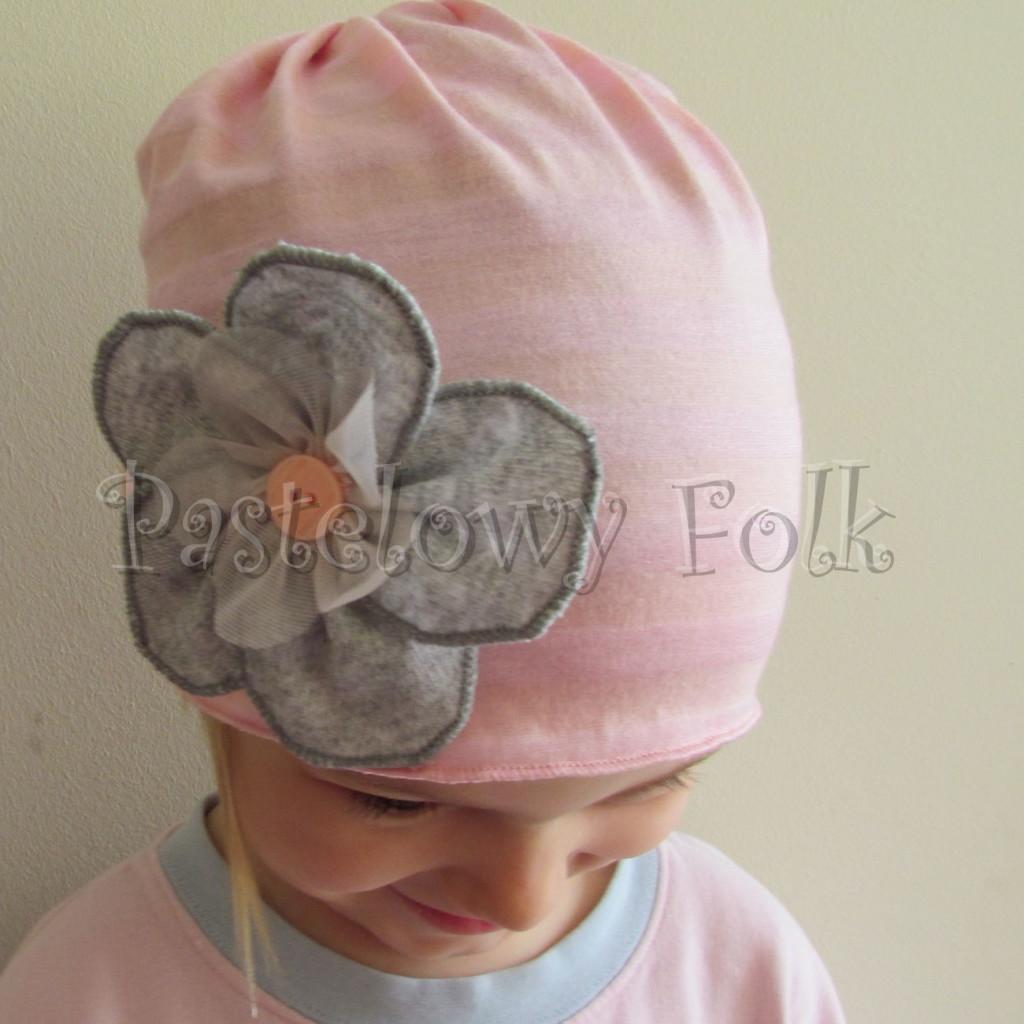 dziecko-czapka 95-rozowa w paski z szarym kwiatkiem i lososiowym guzikiem, dziewczynka _02