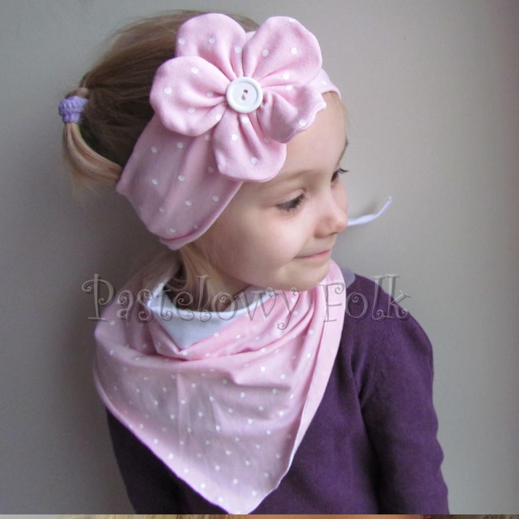 dziecko-opaska 119- jasnorozowa w biale kropeczki z duzym kwiatkiem i bialym guzikiem, rozowa kropki komplet chustka-01