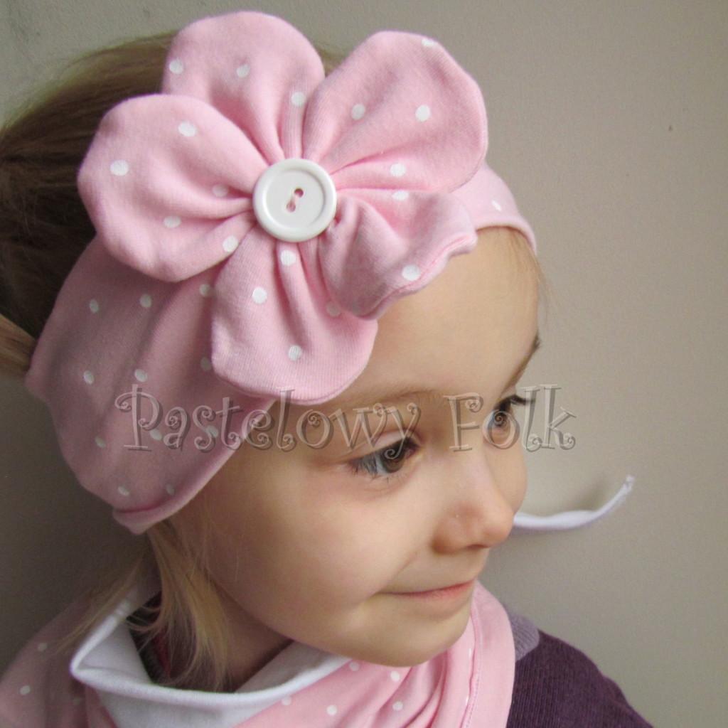 dziecko-opaska 119- jasnorozowa w biale kropeczki z duzym kwiatkiem i bialym guzikiem, rozowa kropki komplet chustka-02