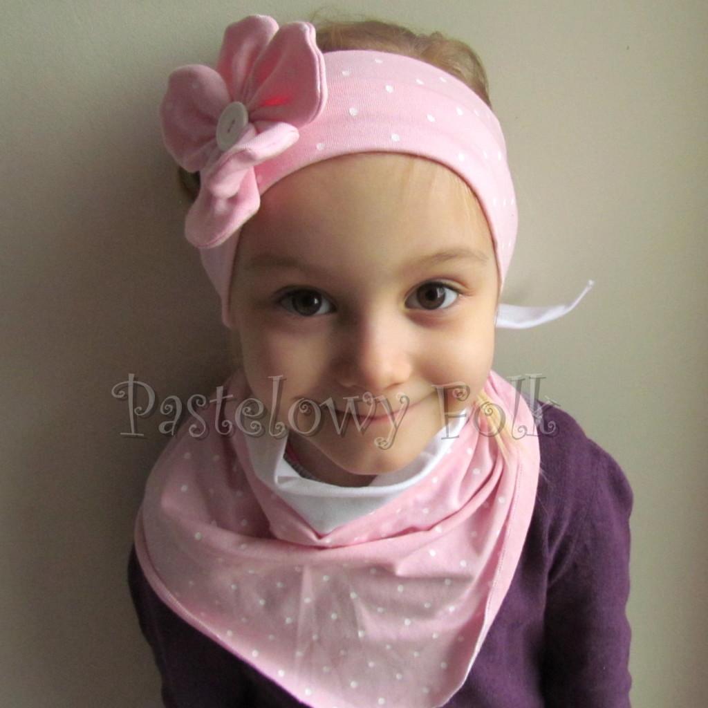 dziecko-opaska 119- jasnorozowa w biale kropeczki z duzym kwiatkiem i bialym guzikiem, rozowa kropki komplet chustka-03
