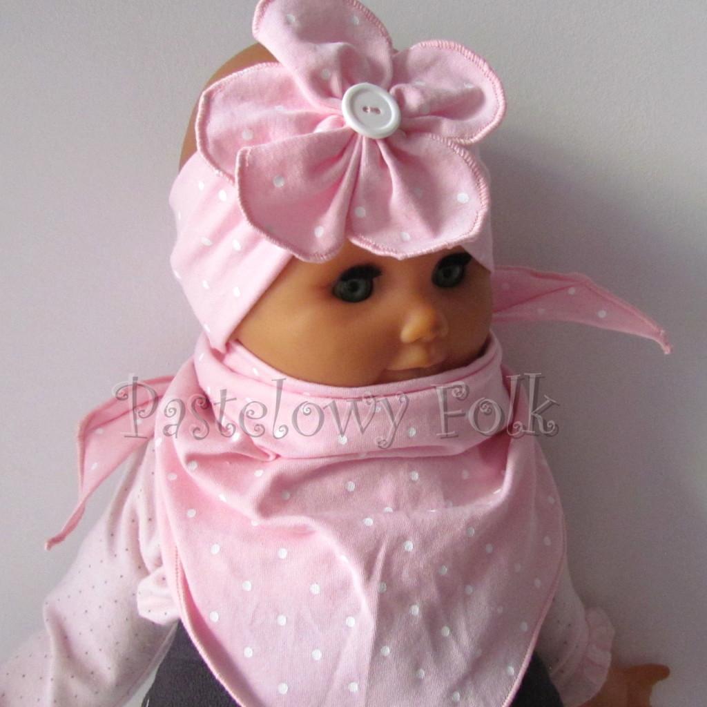 dziecko-opaska 119b- jasnorozowa w biale kropeczki z duzym kwiatkiem i bialym guzikiem, rozowa kropki komplet chustka-01