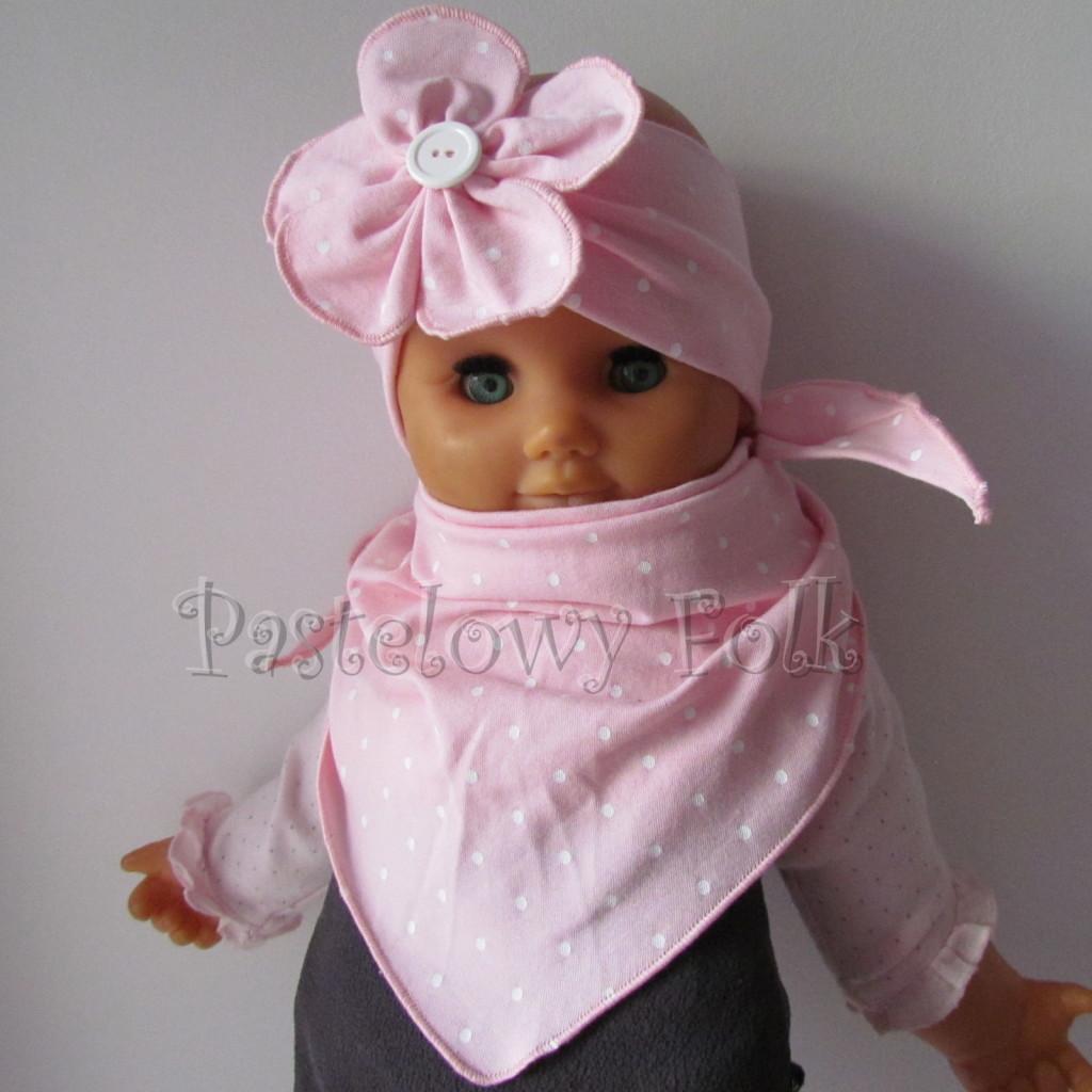 dziecko-opaska 119b- jasnorozowa w biale kropeczki z duzym kwiatkiem i bialym guzikiem, rozowa kropki komplet chustka-02